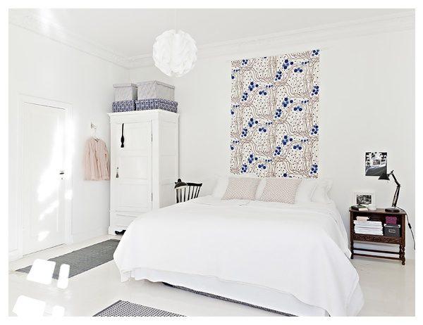 В просторной спальне можно поставить небольшой шкаф, но он не должен выделяться на общем фоне