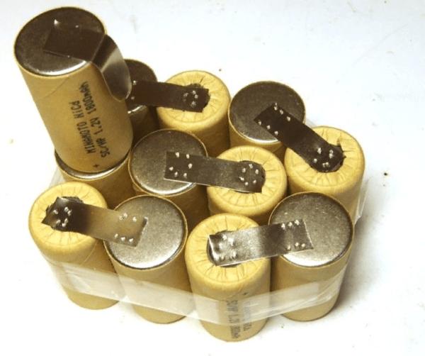 Необходимо обнаружить неисправный элемент аккумулятора, затем отремонтировать его или купить новый