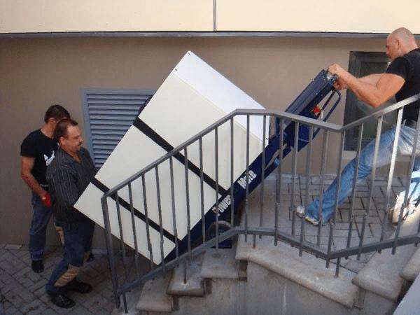 При подъеме на лестницу не следует спешить