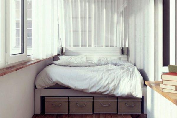 Вместительные ящики под кроватью позволяют сэкономить свободное пространство в комнате