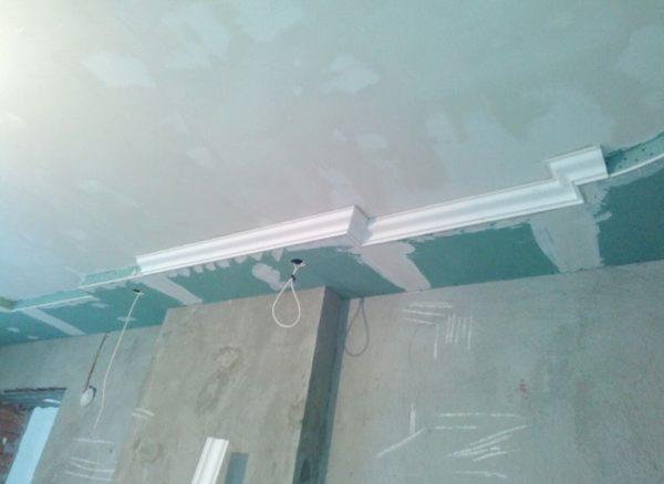 Обклейка плинтусами потолка сложной конфигурации