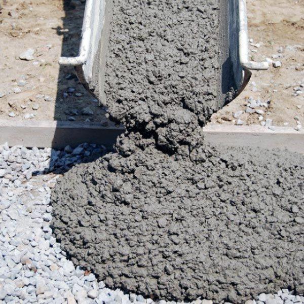 Готовый бетон должен быть в меру густым и однородным по цвету