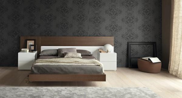 Белые прикроватные тумбочки создают удачный контраст с кроватью и отделкой стен