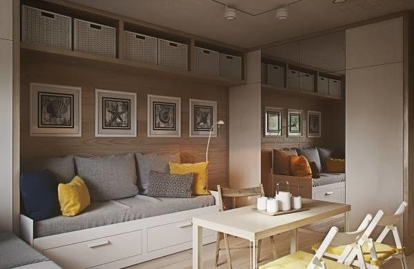Решить проблему хранения вещей помогут выдвижные ящики под кроватью и полки под потолком