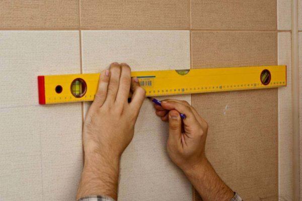 Нанесение разметки для установки крепления котла на стене