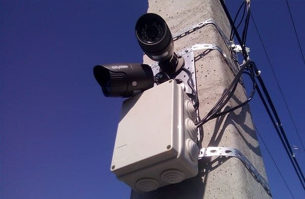 Система наблюдения. Провода, кабель для передачи сигнала закрыты гибким каналом