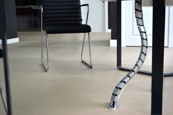 Популярный кабель-канал для офисов - так можно подключить рабочее место вообще без видимых проводов. Минимализм сейчас в тренде
