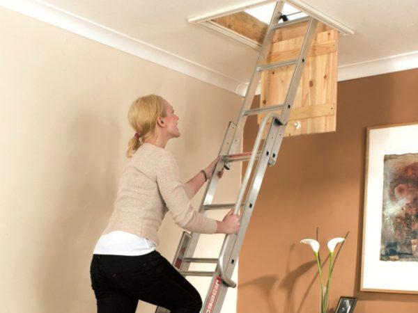 Для нечастого использования подойдут раздвижные переносные лестницы или стремянки