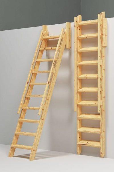 Откидная лестница в неиспользуемом состоянии фиксируется у стены