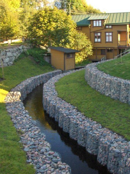 Подпорные стенки из камня, образующие водоотводный канал