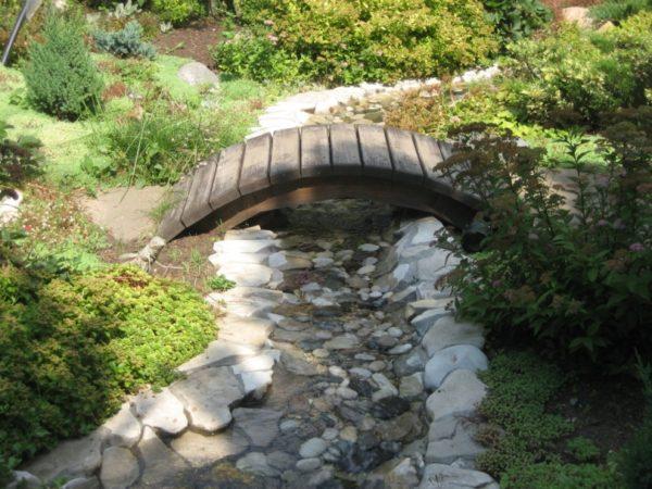 Ручей с мостиком в саду