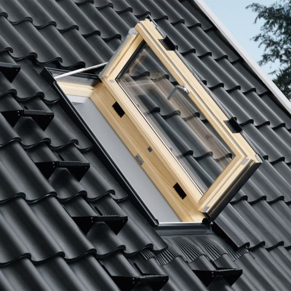 Мансардный люк или окно монтируются в скат крыши, поэтому довольно сложны в исполнении