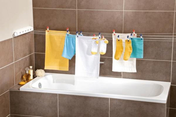Не рекомендуется сушить одежду в ванной комнате, ведь именно это становится причиной стремительного роста грибков на стенах