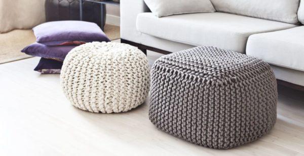 Если места мало, кресла лучше заменить стильными и компактными пуфами