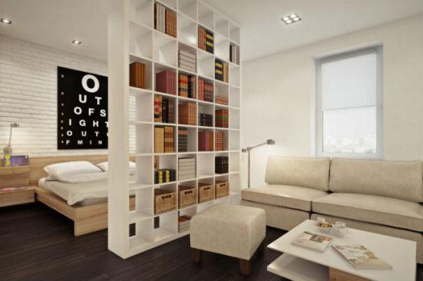 Стеллаж до потолка позволяет удобно хранить множество вещей и одновременно делит комнату на спальню и гостиную