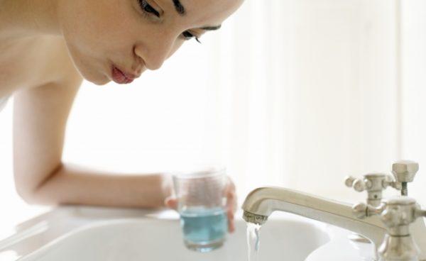 При чистке зубов лучше пользоваться стаканом