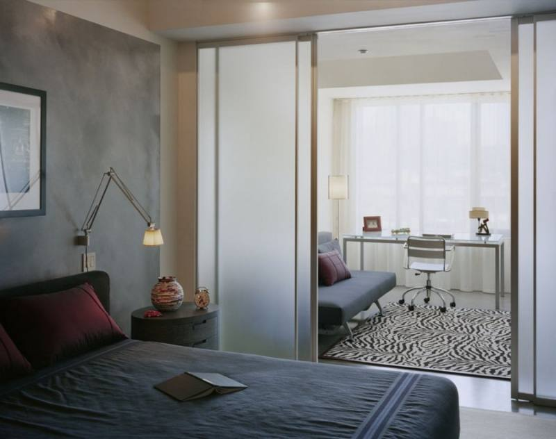 Раздвижные двери устанавливают на всю ширину комнаты