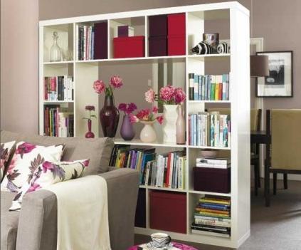 Стеллаж можно использовать не только для хранения нужных мелочей, но и для зонирования комнаты