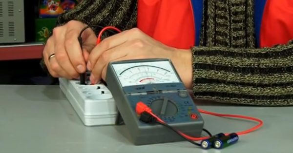 Аналоговый мультиметр показывает величину измеряемого параметра с помощью стрелки