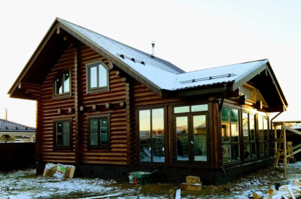 Бревенчатый дом с баней и террасой