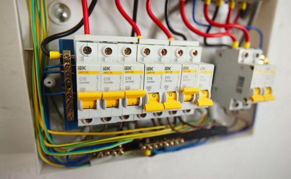 Вместо устаревших «пробок» используют автоматические выключатели