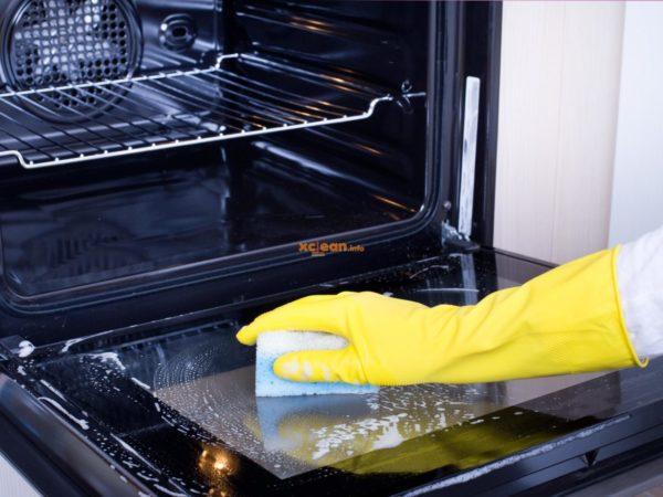 В недорогих духовках нет специальнйо системы очистки. При регулярной уборке достаточно моющего средства, воды и губки