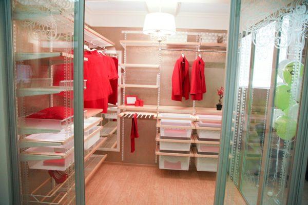 Готовые комплекты представляют огромный выбор разнообразных составляющих гардеробных комнат
