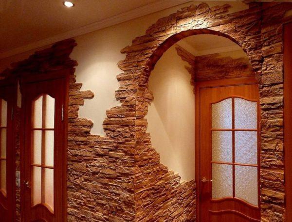 Декор из колотого гипсового камня в квартире