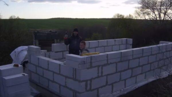 Для фиксации блоков лучше использовать специальный клей