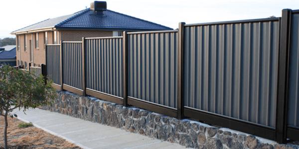 Забор из профнастила – лучшее решение для участка