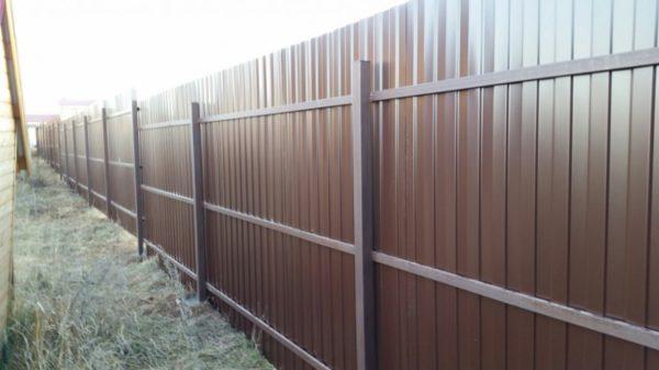 Забор с тремя поперечными лагами