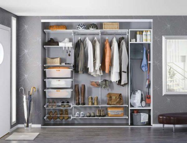 За неимением отдельной комнаты для гардероба, его можно обустроить в прихожей