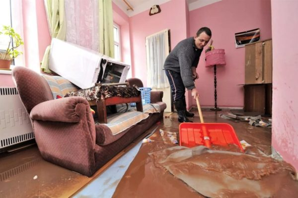 Из-за протечки воды может пострадать все помещение