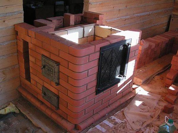 Кирпичная печь в гараж станет хорошим решением, если здание используется не только для хранения автомобиля, но в качестве мастерской
