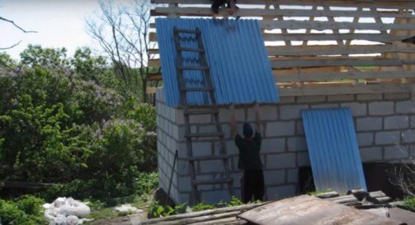Крыша кроется профнастилом