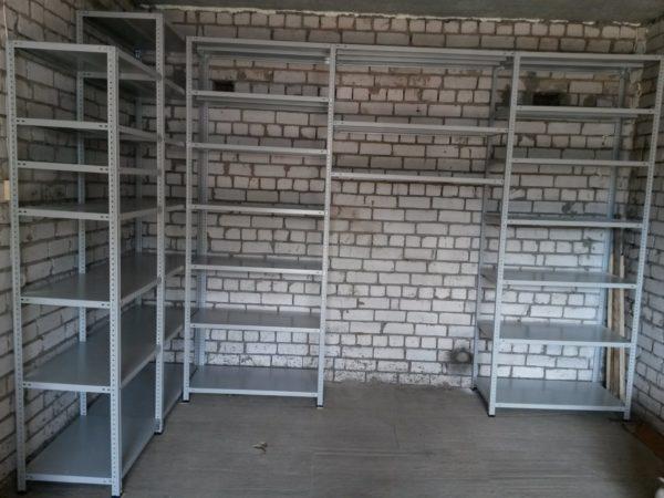 Металлические полки надежны и отлично вписываются в любой интерьер гаража или мастерской