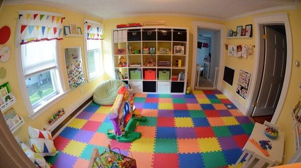 Мягкий модульный пол, набранный из плиток, повторяющих цвета оформления комнаты