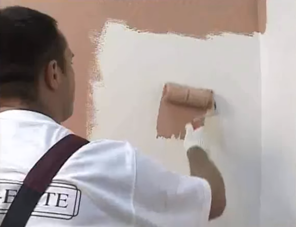 Нанесение колерованной грунтовки на стену