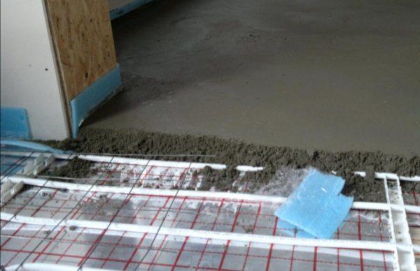 Перед началом укладки плитки важно учитывать остаточную влажность стяжки