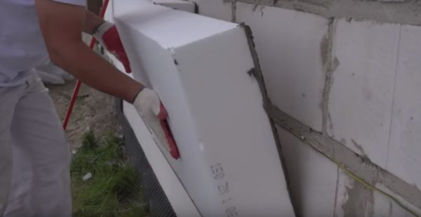 Плита прикладывается к стене