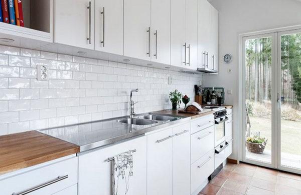 Плитка под кирпич эффектно смотрится при оформлении кухонного фартука