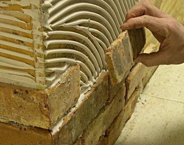 Плитка с шероховатой рабочей поверхностью имеет лучшую адгезию