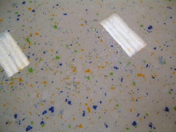 Пол, декорированный разноцветными флоками и глиттерами