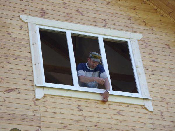 Поставить наличники на окна своими руками – самый простой и дешевый способ придать наружному виду дома индивидуальность