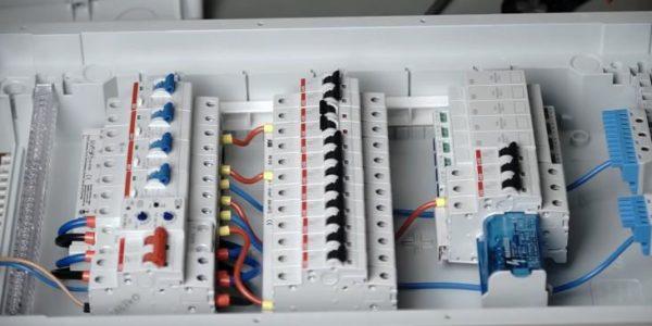 По такому же принципу необходимо запитать устройства кабелями фазы