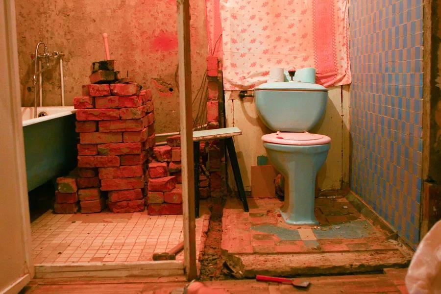 При ремонте санузла в старой квартире часто сносят стенку