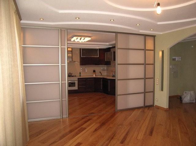 Раздвижная перегородка для зонирования комнаты: монтаж своими руками