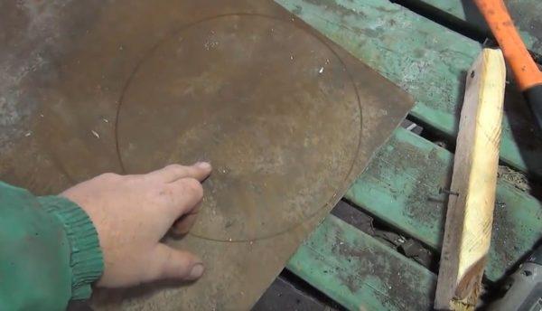 Расчерчиваем на поверхности листа круг, а затем вырезаем болгаркой