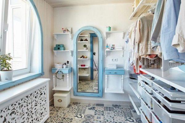 Светлая гардеробная комната с открытой модульной системой хранения