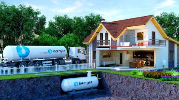 Сжиженный газ из газовой емкости используется для отопления дома, нагрева воды